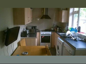 EasyRoommate UK - large comfortable house with superb flatmates! - Preston, Preston - £360 pcm