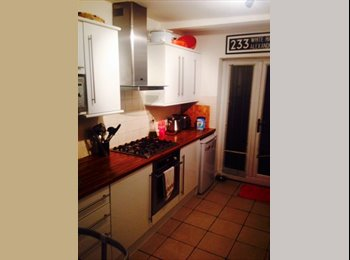 EasyRoommate UK - Attractive house share close to slough station - Slough, Slough - £600 pcm
