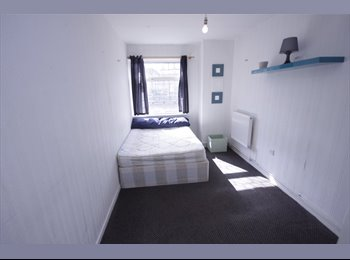 EasyRoommate UK - LARGE SINGLE ROOM WITH PLENTY OF STORAGE - Mile End, London - £540 pcm