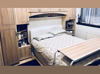 EasyRoommate UK - Master double room with lots of strorage space - Southgate, Crawley - £600 pcm