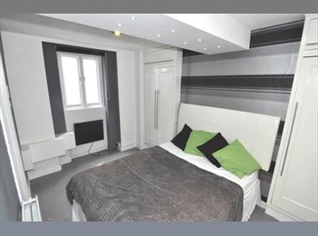 A contemporary double room with en-suite shower ro