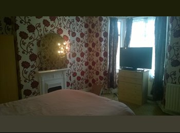 EasyRoommate UK - A BIG BRIGHT ROOM IN 3BEDROOM HOUSE IN THE HEART OF HOUNSLOW  - Hounslow, London - £500 pcm