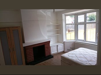 EasyRoommate UK - Lovely Double Room To Rent In Enfield. Newly refurbished house FURNISHED + CLEANER - Enfield, London - £550 pcm