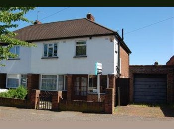 EasyRoommate UK - Room available - Utilities and Internet included in monthly rent!! - Buckhurst Hill, London - £520 pcm