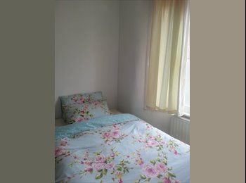 Bright double room in Stratford, in a pretty house for...