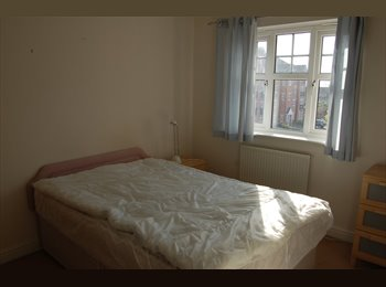 EasyRoommate UK - Professional wanted for double room available in East Didsbury/Burnage in modern townhouse - Burnage, Manchester - £300 pcm