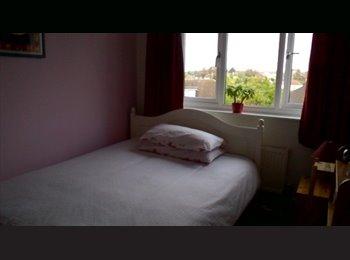 EasyRoommate UK - Double Room For Rent - Caterham, London - £550 pcm