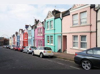 EasyRoommate UK - Great double bedroom available in 5 bedroom central shared house! - Brighton, Brighton and Hove - £480 pcm