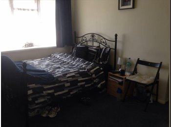 EasyRoommate UK - Double Room Available Broadband, Cable & More - Furze Platt, Maidenhead - £500 pcm