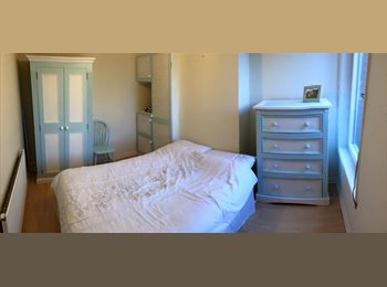 EasyRoommate UK - Town Center double room x2 available - Swindon Town Centre, Swindon - £400 pcm