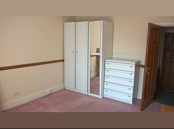 Large double room available in Ilford, Essex