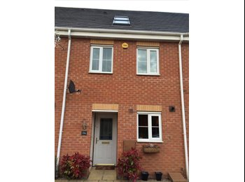 EasyRoommate UK - Double Bedroom and Private Bathroom - Halesowen Centre, Dudley - £400 pcm