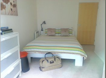 Bright Double bedroom in 3bed apartment