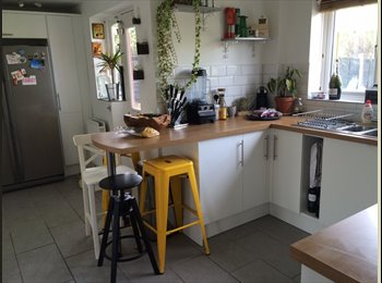 EasyRoommate UK - Large room with ensuite, good location, 2 girls, looking for 1 female to houseshare - Warndon, Worcester - £475 pcm
