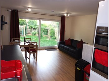 EasyRoommate UK - Luxury Double Room in Professional Shared House - New Haw, North Surrey - £750 pcm