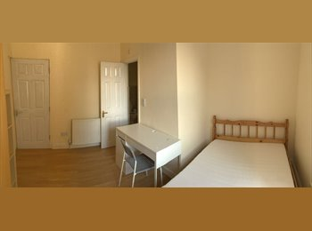 EasyRoommate UK - Great House, only  2 Minutes from Student Centre - Gosford Green, Coventry - £550 pcm