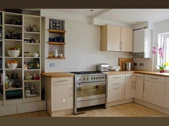 EasyRoommate UK - DOUBLE ROOM AVAILABLE IN UNBEATABLE LOCATION EH1 - Edinburgh Centre, Edinburgh - £500 pcm