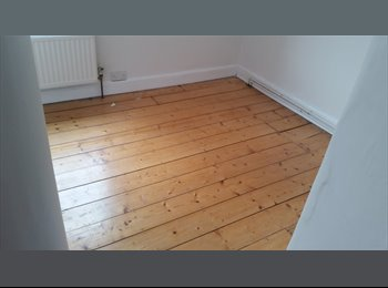 EasyRoommate UK - Available room in city centre - Swindon Town Centre, Swindon - £300 pcm