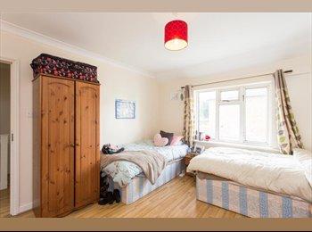 Big Twin room\ Living Room\ 9 min Central Line!P