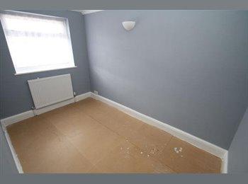 EasyRoommate UK - Single room available immediately - Dagenham, London - £400 pcm