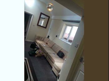 Double bedroom available in 9 girl house share