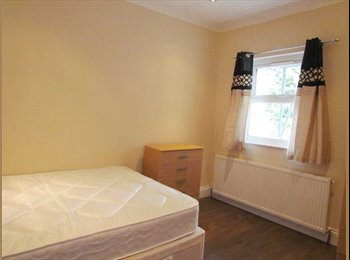 EasyRoommate UK - Spacious room in West London - 30 min away from ICL - Acton, London - £670 pcm