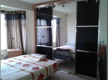 EasyRoommate UK - Spacious Big Room for Single Professional  - Near Heathrow next to tube station - Hounslow, London - £525 pcm