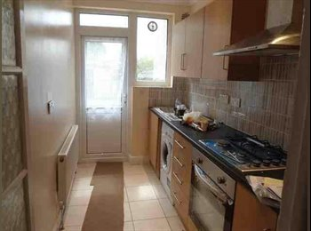 EasyRoommate UK - Fantastic large double room available in Wimbledon - South Wimbledon, London - £575 pcm