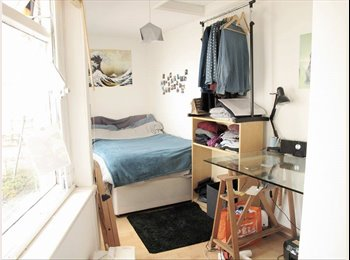 Bright cozy room available in Camden Town!