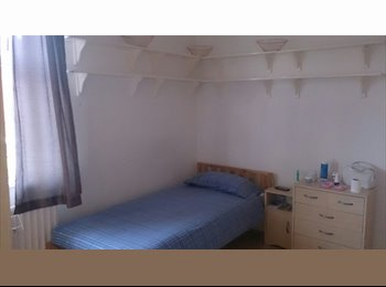 EasyRoommate UK - 1 room available in a 3 bed house - Moss side, Manchester - £350 pcm