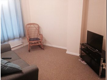 EasyRoommate UK - single room with own lounge/ use of ktchen, bathroom and dining room  - Chalton, Luton - £400 pcm