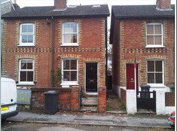 EasyRoommate UK - Semi-detached House in Guildford - Guildford Park, Guildford - £2,000 pcm