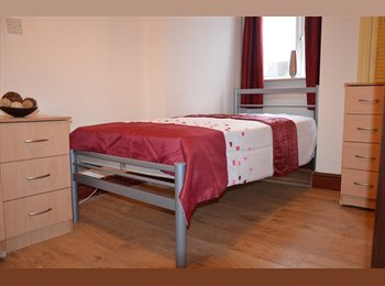 SINGLE ROOM £585p/m FREE CLEANING & IRONING  W13