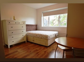 EasyRoommate UK -  see this furnished double room in a three-bedroom property - Chelsea, London - £700 pcm