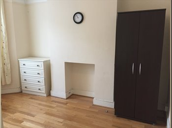 EasyRoommate UK - Large Double room situated 5 mins from Wimbledon in lovely street. - Raynes Park, London - £600 pcm