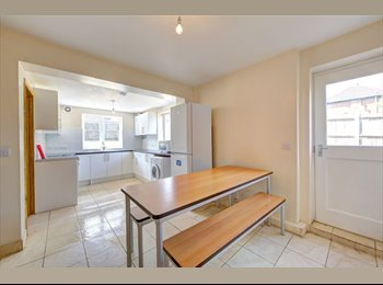 EasyRoommate UK - Terraced House in Surbiton - Berrylands, London - £3,300 pcm