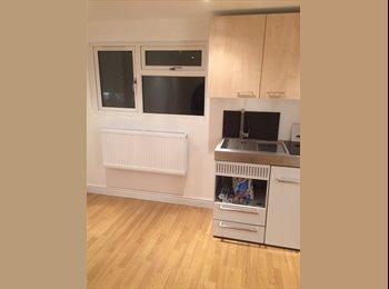 EasyRoommate UK - large studio room - Barnet, London - £825 pcm