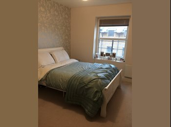 EasyRoommate UK - Luxurious double room to rent in two bedroom flat - Swindon Town Centre, Swindon - £500 pcm