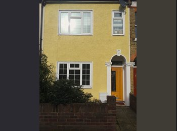 EasyRoommate UK - Double Room with en suite in West Norwood. 5 mins walk to station. - Tulse Hill, London - £700 pcm