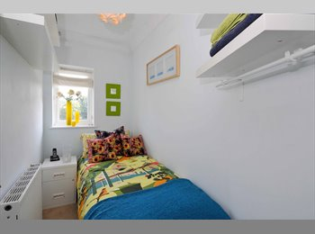 EasyRoommate UK - Single in Modern Cosy London Terrace - Shirley, London - £450 pcm
