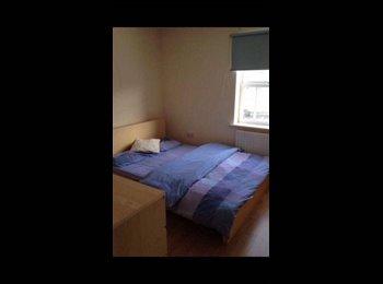 EasyRoommate UK - Great double room in modern 2 bed flat!  - Farsley, Leeds - £375 pcm