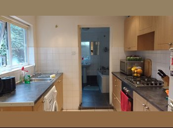 EasyRoommate UK - Large double room available in the lovely area of Fulham/Barons Court.  - Fulham, London - £800 pcm