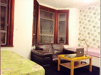 EasyRoommate UK - Massive Double/Twin Room. Couples are welcome! East Ham/Upton Park - East Ham, London - £650 pcm