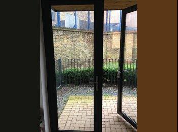 EasyRoommate UK - Small Double Bedroom in Poplar / Canary Wharf - Poplar, London - £580 pcm