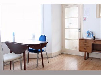 EasyRoommate UK - 5 Bedrooms Available in Charming House - Notting Hill, London - £560 pcm