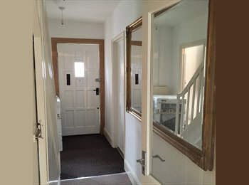 EasyRoommate UK - TOWN CENTRE: Cute double bedroom, professional house-share, with parking - Cheltenham, Cheltenham - £425 pcm
