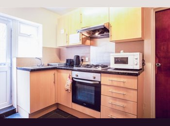 EasyRoommate UK - Rooms in House With Charming Garden - Kentish Town, London - £569 pcm
