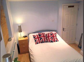 EasyRoommate UK - Nice Cozy Ensuite Double Bedroom , Merton Park - £725 pcm
