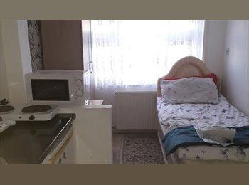 EasyRoommate UK - Lovely Bright Studio Room- Female share - Morden, London - £560 pcm