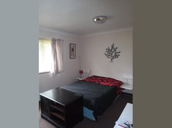EasyRoommate UK - Large double rooms in crawley, Crawley - £595 pcm